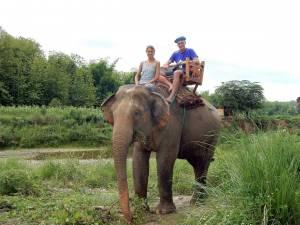 Laos | Auf einem Elefanten entlang des Nam Khan reiten. Karin und Henning auf dem Rücken eines Elefanten. Eine der schönsten Touren die wir gemacht haben