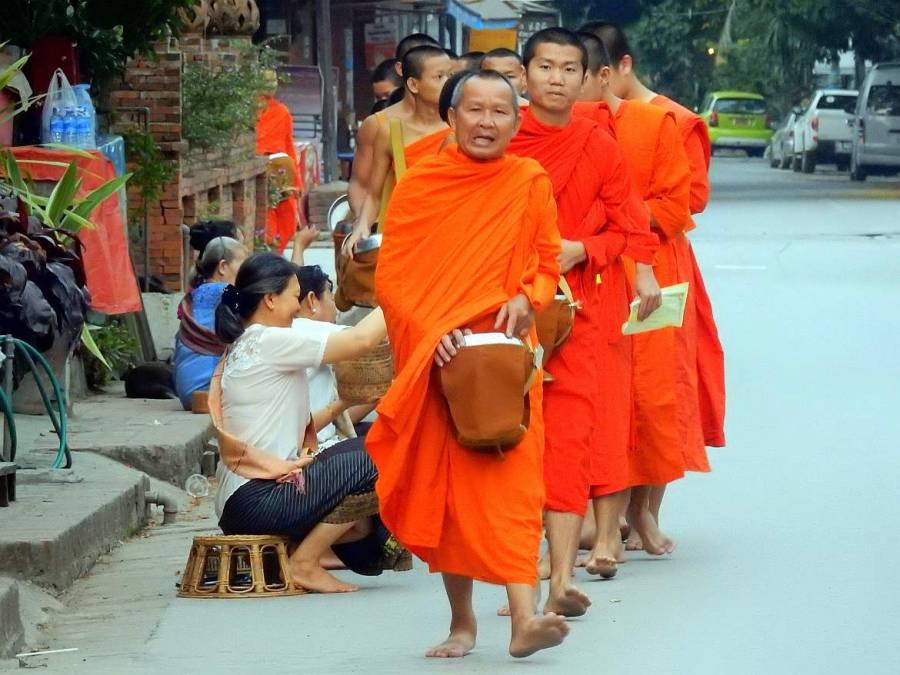 Laos | Almosengang der Mönche in Luang Prabang