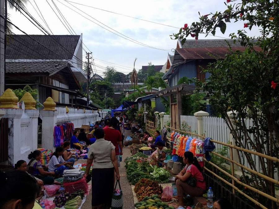 Laos | Lebensmittelverkauf am Boden beim Morning Market in Luang Prabang