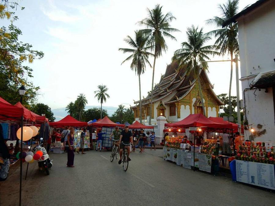 Laos | Karin vor den Verkaufsständen auf dem Nachtmarkt in Luang Prabang, eine der Top-Sehenswürdigkeiten