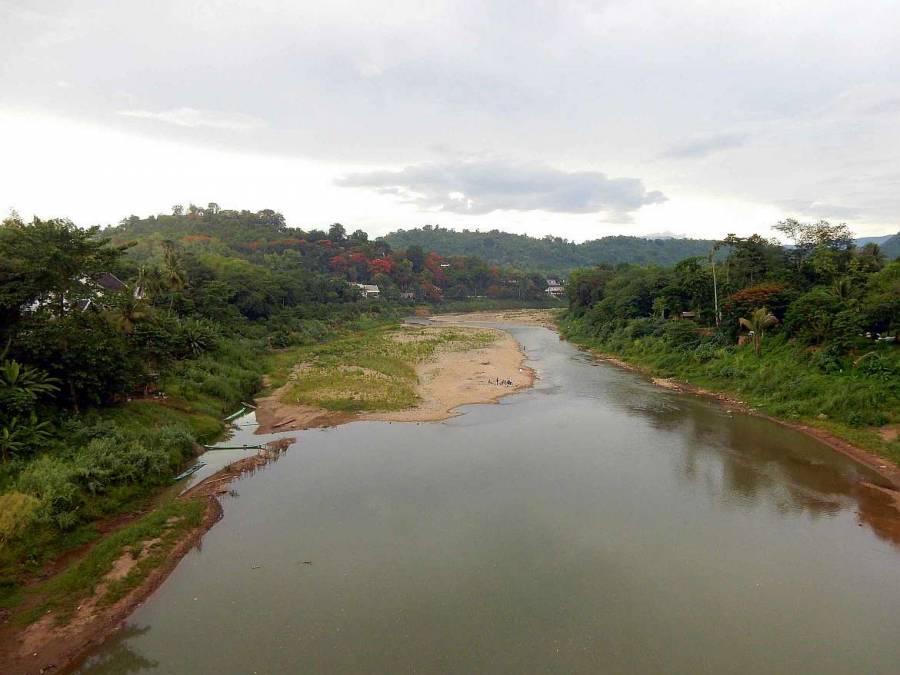 Laos | Blick von der Bamboo Brücke am Nam Khan Fluss in Luang Prabang