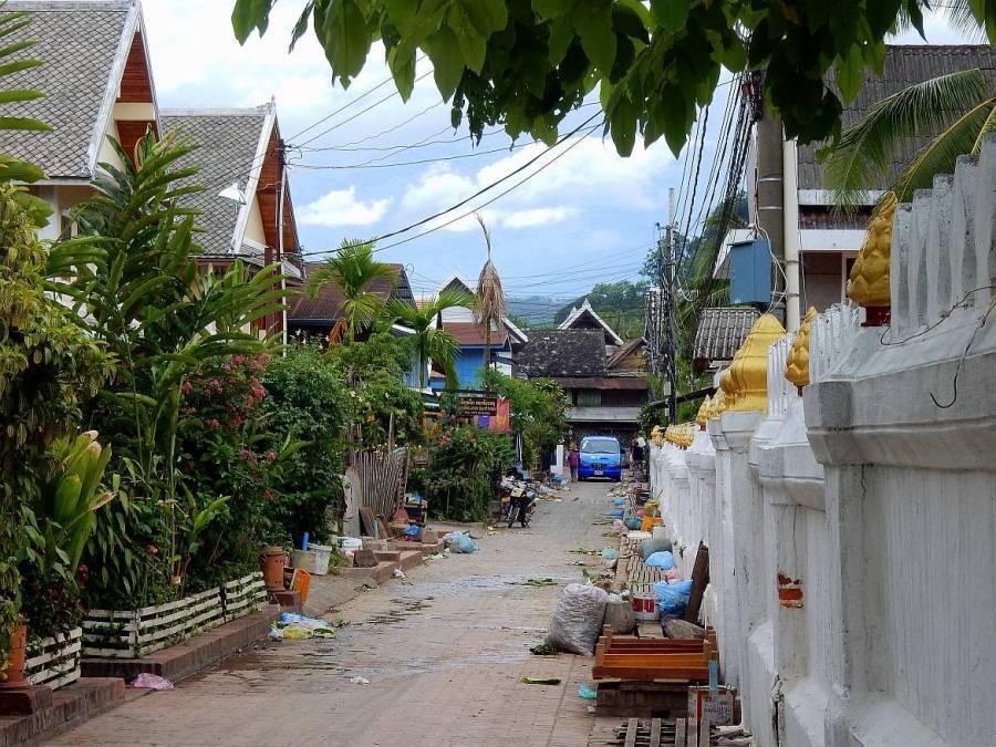 Laos | Gasse mit den Müllresten des Morning Market in Luang Prabang