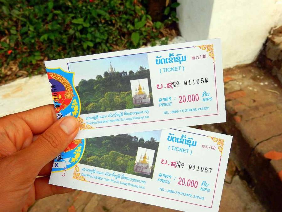 Laos | Karin hält die Tickets für den Aufstieg zum Mount Phousi inklusive Wat in Luang Prabang