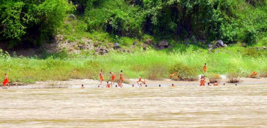 Im Mekong badende Mönche