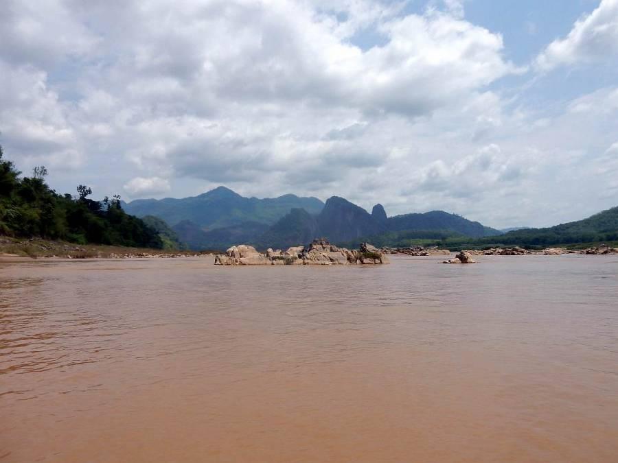 Laos | Panorama auf den braunen Mekong und urwaldbewdeckte Karstberge