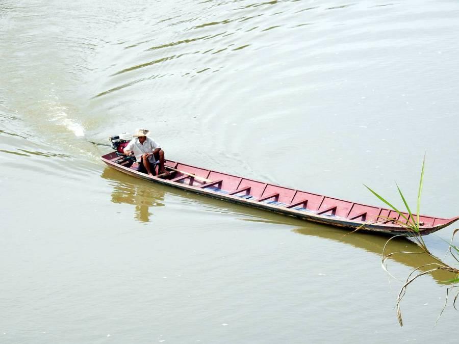 Mann mit seinem Boot auf dem Mekong