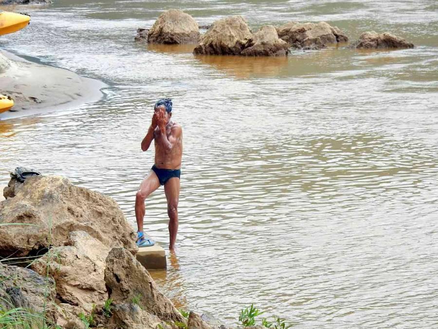 Ein Mann wäscht sich im Mekong