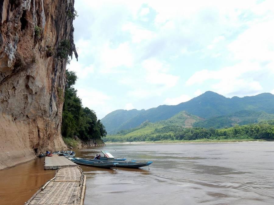 Laos | Ankunft mit dem Boot bei den Pak Ou Höhlen an einem Steg der zum Aufgang zu den Höhlen führt. Die Karstberge, der Mekong und der sattgrüne Urwald im Hintergrund