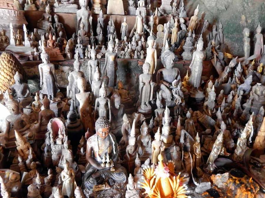 Viele verschiedene Buddhas in der unteren Höhle Tham Thing