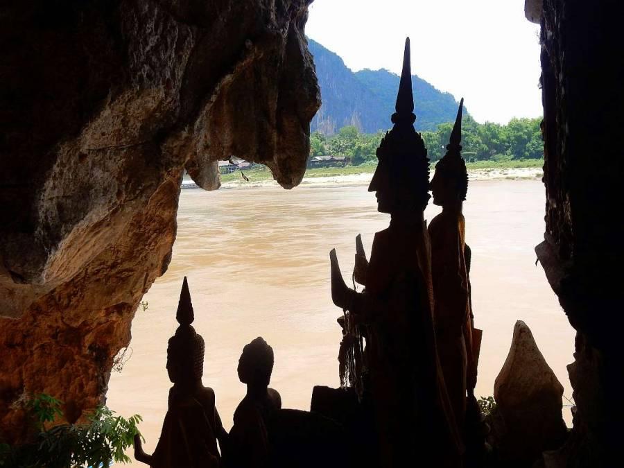 Blick samt Buddhas aus der unteren Höhle Tham Thing auf den Mekong