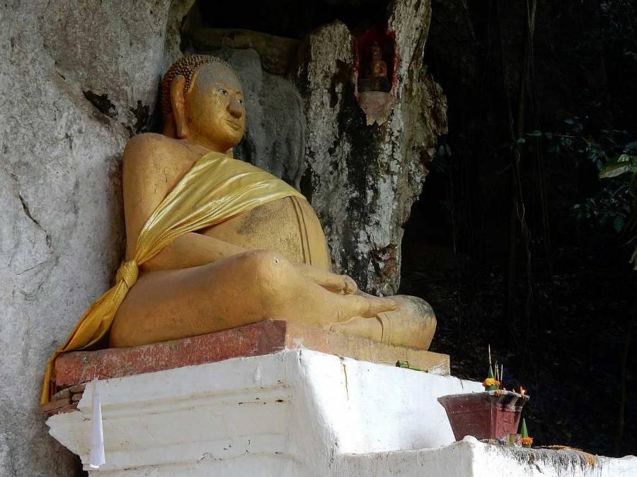 Goldener Buddha am Eingang der oberen Höhle Tham Phum