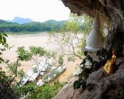 Laos | Blick aus der unteren Pak Ou Höhle Tham Thing auf den Mekong und die gegenüberliegenden Karstberge