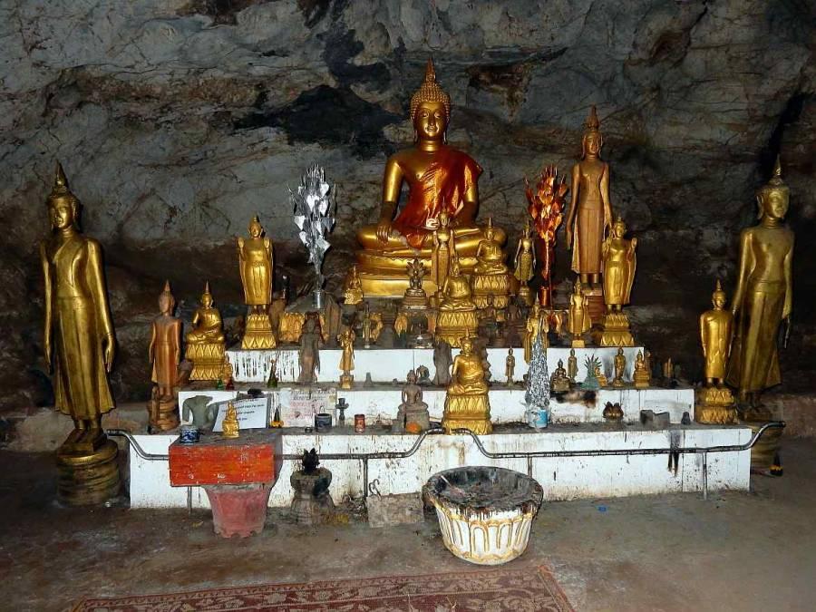 Goldene kleine und große Buddhas in der oberen Höhle Tham Phum