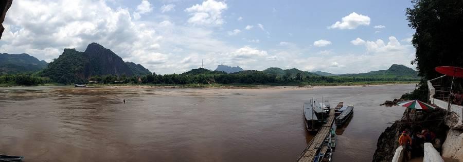 Laos | Pak Ou Höhlen Panorama auf den braunen Mekong und den Eingang der Höhlen