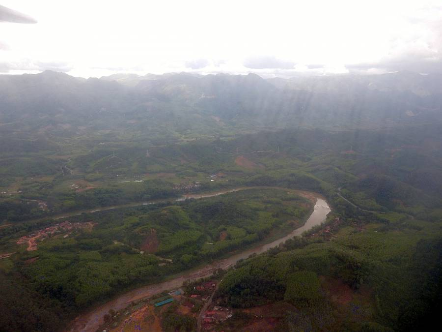 Laos | Panorama aus dem Fenster im Flieger mit Lao Airlines auf Mekong und die sattgrüne Berge samt Urwald