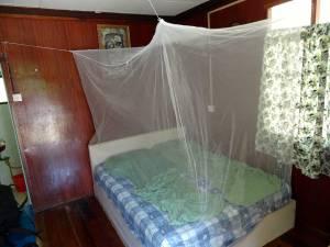 Reiseapotheke | Ein aufgespanntes Moskitonetzes in den Tropen gehört zum Inhalt jeder Checkliste bei Reisen in Risikogebiete