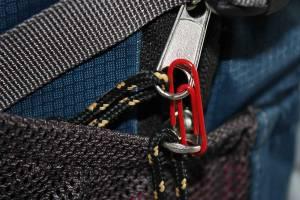 Reisesicherheit | Eine Büroklammer sichert den Reißverschluss des Rucksacks
