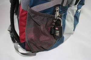 Reisesicherheit | Ein Schloss verhindert Taschendiebstähle weil es das Öffnen des Reißverschluss verhindert