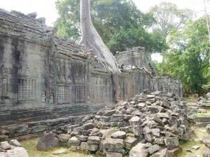 Kambodscha | Banteay Kedai Tempel im Angkor Park. Steinruinen und eine verzierte Mauer