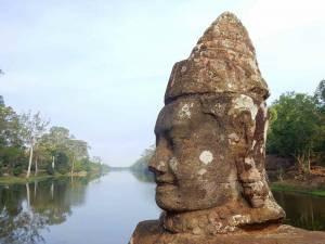 Kambodscha | Fluss vor dem Tempel Bayon mit einem Gesicht aus Stein im Vordergrund