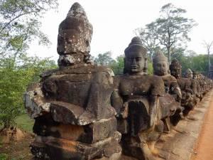 Kambodscha | Allee aus Steinstatuen beim Eingang zum Tempel Bayon
