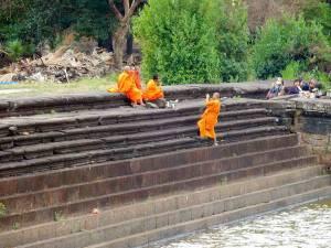 Kambodscha | Auch Mönche sind auf Bilderjagd vor dem Tempel Angkor Wat und knipsen sich selbst