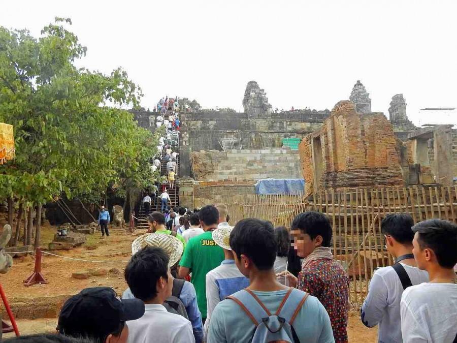 Kambodscha | Aufstieg zum Tempel Phnom Bakheng auf dem Berg zum Sonnenuntergang in Angkor Wat Tempel. Touristen besteigen die steilen Treppen nach oben zur Aussichtsplattform