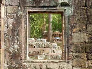 Kambodscha | Preah Khan Tempelanlage. Blick durch ein offenes Fenster innerhalb der Tempelruine, wo es viele interessante Orte gibt