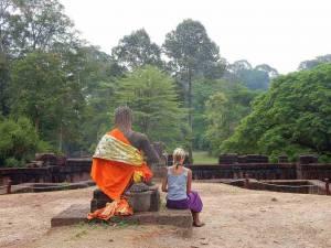 Kambodscha | Buddha Statue im Tempel Angkor Thom und Karin von hinten aufgenommen