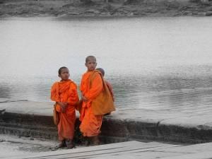 Kambodscha | Junge Mönche in ihrem orangefarbenen Gewand am Fluss vor Angkor Wat