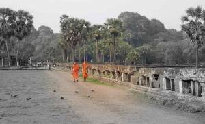 Kambodscha | Eindrücke der Tempelanlage Angkor Wat. Mönche beim Spaziergang durch die Gartenanlage vor dem Tempel