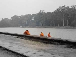 Kambodscha | Mönche in orangefarbenen Gewändern am Fluss vorm Tempel Angkor Wat