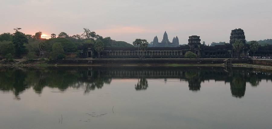 Kambodscha | Sonnenaufgang in Angkor Wat außerhalb der Tempelanlage
