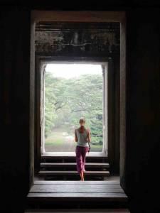 Kambodscha | Karin beim Spaziergang durch dei Tempelgänge in Angkor Wat