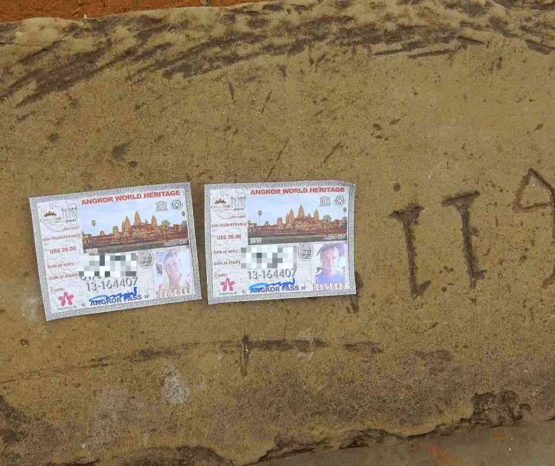 Kambodscha | Eintrittstickets zum Weltwunder Angkor Wat. Usere Tickets mit Foto fotografiert auf dem Boden in Angkor Wat