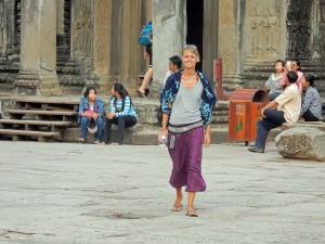 Kambodscha | Begeistert bei Spaziergang durch Angkor Wat. Karin genießt lächelnd die Eindrücke in vorschriftmäßig langer Hose und bedeckten Schultern