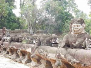 Kambodscha | Auf dem Weg zum Tempel Bayon im Angkor Archälogischer Park. Steinfiguren teilweise ohne Kopf säumen die Straße