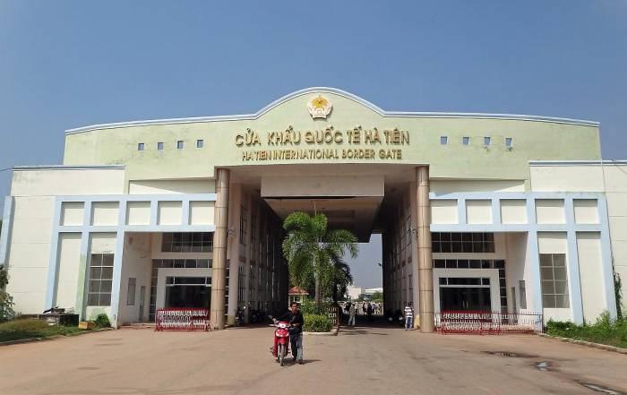 Kambodscha | Grenzübertritt Ha Tien von Kambodscha nach Vietnam. Sicht auf das Gebäude derGrenzkontrolle im Vordergrund