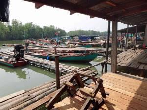 Kambodscha | Koh Kchhang Fishing Village, Ausgangsbasis für Deinen Trip nach Koh Thmei. Fischerboote in bunten Farben ankern vor den einfachen Holzunterkünften der Bewohner des Dorfes