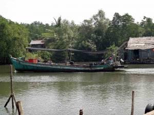 Kambodscha | Eine Familie im Koh Kchhang Fishing Village im Holzboot auf dem Weg in Ihr Zuhause