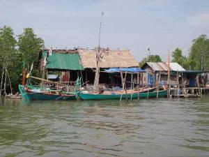 Kambodscha | Wohnungen im Koh Kchhang Fishing Village gebaut auf Stelzen im Wasser. Boote ankern davor