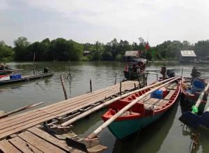 Kambodscha | Das Boot aus Holz des Koh Thmei Resort beim Anleger im Koh Kchhang Fishing Village