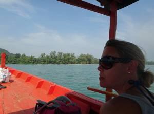 Kambodscha | Überfahrt mit dem Boot vom Koh Kchhang Fishing Village nach Koh Thmei. Karin genießt die Aussicht auf das türkisfarbene Meer und den Wind um ihre Nase