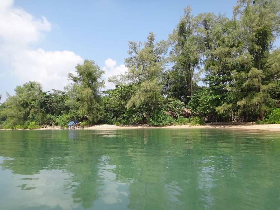Kambodscha | Koh Thmei Resort Panorama auf die Holzhütten aus Sicht des Bootes vom Wasser aus bei Ankunft