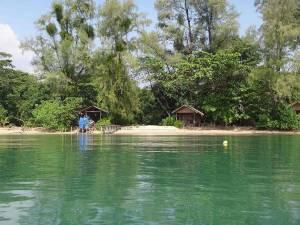 Kambodscha | Blick auf die Holzhütten des Koh Thmei Resort vom Wasser aus