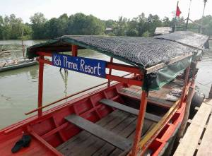 Kambodscha | Rotes Shuttle-Boot aus Holz mit Dach des Koh Thmei Resort