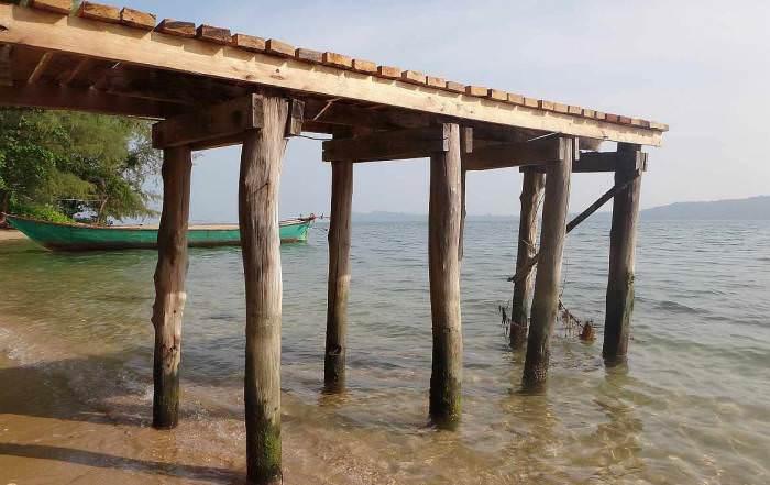 Kambodscha | Bootanleger des Koh Thmei Resort. Holzsteg auf Stelzen mitten im Wasser