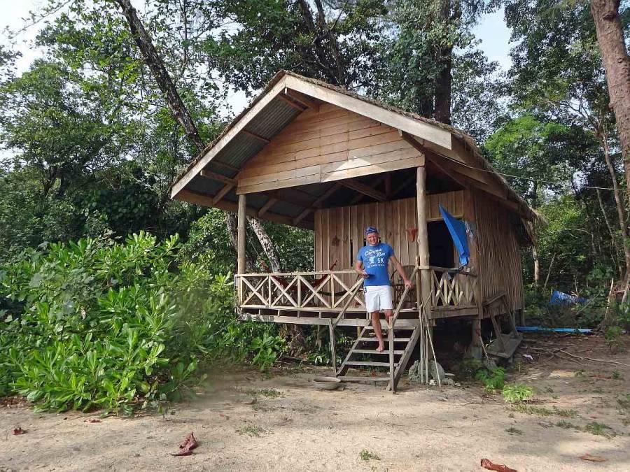 Kambodscha | Koh Thmei Resort, unsere Hütte am Strand. Henning auf den Treppen zu unserem Holzhaus auf Stelzen
