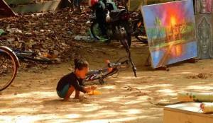 Kambodscha | Ein Mädchen im Sand spielend im Angkor Archäologischen Park