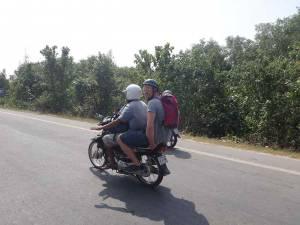 Kambodscha | Moped-Taxi bei der Fahrt über die Grenze von Kambodscha nach Vietnam. Henning hinten auf dem Moped eines kambodschanischen Fahrers